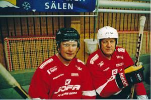 Ulf Rådbjer och Johnny Martinsson i Malungs ishall 2004. Tidigare Jofa-vd:n Martinsson har skrivit ett kapitel i hembygdsboken.