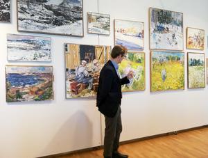 Guiden Robert Gustavsson visar några av Lars Lerins verk. Foto: Ulla Deutschmann