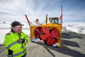 Bertil Fjellström med en av maskinerna som krävs för att röja snön över Stekenjokk.