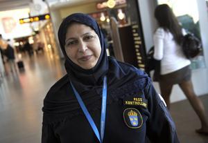 Svensk polis har sedan 2006 rätt att bära religiös huvudbonad till uniform men ingen polis gör det. Men Masooma Yaqub, passkontrollant på Arlanda och anställd inom gränspolisen, utnyttjar på den här bilden från 2008 sin rätt att bära slöja. Foto: Fredrik Sandberg/TT