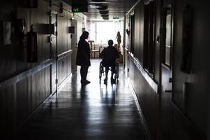 Under en pandemi bör personalomsättningen minimeras – personal ska inte gå mellan avdelningar, eller mellan friska och smittade. Nu är det dags att förbättra arbetsvillkoren.  Foto: arkiv