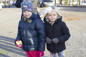 Systrarna Astrid och Ella hjälpte till att återvinna granen och fick en trisslott till tack.