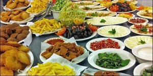 Det blir mat från många länder under kvällens matträff. På bilden syns syriansk mat.Foto: IOGT-NTO
