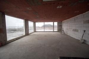 Vardagsrummet i en av de över 500 kvadratmeter stora lägenheterna. De är i två plan och har garage och verksamhetslokaler.