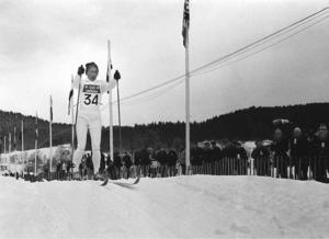 Ett av de fina idrottsliga ögonblicken i längdåkningens historia. Toini Gustafsson med vägvinnande skär i sin vita dräkt mot OS-guld på 10 kilometer i Grenoble 1968.