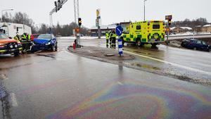 En trafikolycka inträffade på riksväg 50 söder om Kupolen i Borläng på måndagseftermiddagen. Två bilar kolliderade vid en korsning.  Foto: Rickard Sjödin
