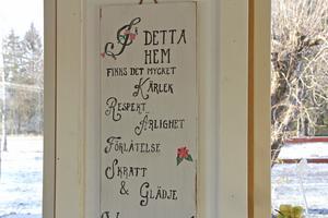 Tavlan från föräldrarna till ett av Lasse och Marias familjehemsbarn har en hedersplats i köket.