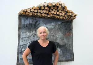Linda Lasson med ett abstrakt landskap med hällristningsformer. Utställningen