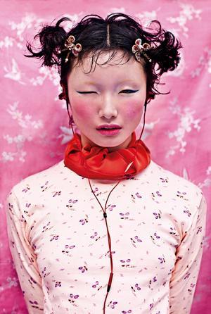 Kina har 56 olika minoritetsfolk. I sin serie