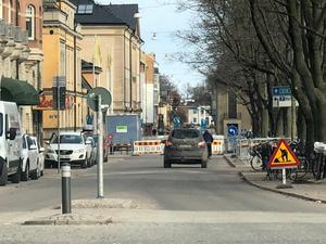 Biltrafiken längs gatan är avstängd, men fotgängare och cyklister kan fortfarande ta sig förbi – om än något begränsat. Foto: Pierre Bokvist