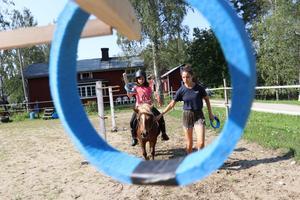 Att vara riddare och fånga ringar med svärd var populärt. Här är Lägerdeltagare Amanda på hästen Molly. Lägerledare Evina Duzguner hjälper till med vad man ska tänka på.