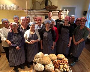 Hela gänget som premiärbakade i Långhed. Det bakades alla möjliga sorters bröd! Fotograf: Margareta Englund.