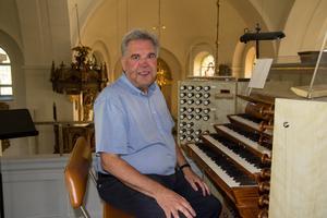 Efter tio år som kyrkomusiker i Söderhamn, går nu Lennart Ericsson i pension vid 67 års ålder. – Jag har jobbat så länge som man får i Sverige. Nu ska jag gå ner till 100 procent i arbetstid.