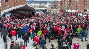 Många var de Timråsupportrar som samlats på torget i Timrå för att hylla sitt lag. Bild: Pär Olert/Bildbyrån