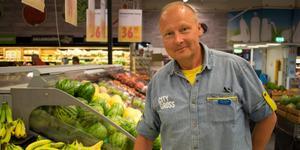 På internet är bananer (fast i påse) den näst mest köpta varan. På bilden Peter Jansson, butikschef City Gross i Falun.