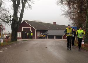 Sågenloppet gick två kilometer runt Sänna, och längs vägen stod funktionärer och visade vägen.