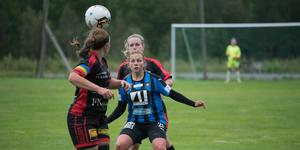 Ida Sundström skapade oreda och gjorde två mål för Domsjö, här i duell med Anna Näsström strax innan 0-2.