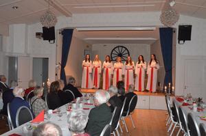 Seniorerna bjöds på vacker sång. Foto: Gun Karlsson.