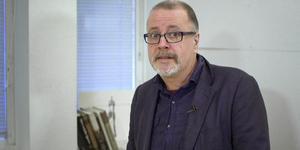 """Arkeologen Jonathan Lindström besöker Norrtälje stadsbibliotek för att tala om hur Svea rike växte fram med start för 4 000 år sedan. Foto: SVT/""""De första svenskarna"""""""