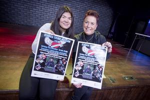 Affischerna är klara att sättas upp. Lisa Asplund och Tina Qvinnström, projektledare, ligger i slutspurten inför Tjejmässan.