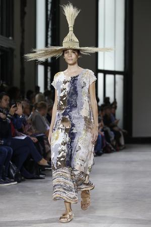 Inte vilken stråhatt som helst hos designern Issey Miyake. Foto: Thibault Camus/AP