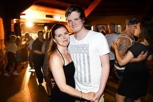 Tobias Loodh och Johanna Eriksson träffades till dansbandet Expanders och nu friade Tobias när dansbandet var tillbaka i Ånäsparken fyra år senare.