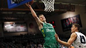 Aaron Anderson lägger i två poäng mot Malbas Carl Engström.