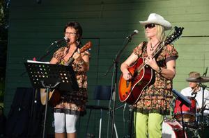 Kumlakvinnorna Kicki Ekblom och Inger Stäring ledde sången från scen.