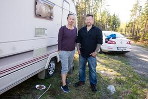Clas Wallin och Linda Albinsson bor i sin husvagn i Bergvik medan de letar efter Tex.