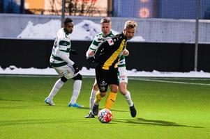 Tvåmålsskytten Sander Svendsen i närkamp med VSK Fotbolls Mathias Benker.