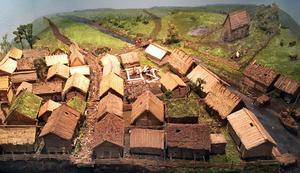 En modell i Länsmuseets medeltida avdelning visar hur en första bebyggelse vid Svartåns västra strand (Stadsparken) kan ha sett ut vid 900-talet och 1000-talet.