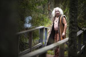 Högljutt men vänligt mötte Trollfar upp längs med leden i skogen.