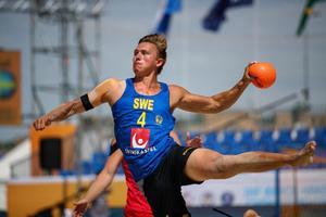 Hampus Dahlqvist och det svenska landslaget i beachhandboll är vidare till semifinal i World Beach Games i Qatar. Foto: Privat