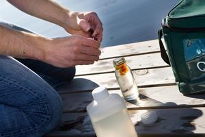 Det görs en hel del provtagningar på vattenkvalitén i länet. Men ofta bara enstaka gånger och då blir badplatsen formellt