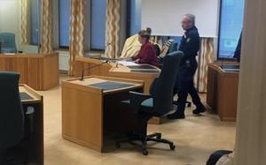 Den 45-åriga Hallstakvinnan omhäktades den 28 december vid tingsrätten i Eskilstuna, den gången för mord. Hon var tidigare häktad av Västmanlands tingsrätt för människorov sedan mitten av december. Nu överklagar hon omhäktningen.