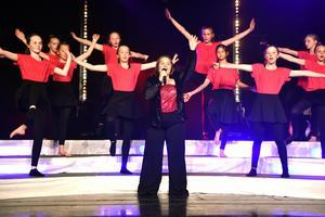 Alva Honak tillsammans med dansare från nivå 6 framförde I wanna dance av Whitney Houston.