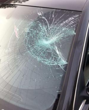 Den yngre mannen som blev påkörd lyckades hoppa upp på motorhuven innan han slog i bilens vindruta och sedan ramlade i backen. Bild: Polisens förundersökning