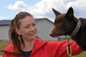 En blingigt halsband i gult och blått och ett matchande koppel har Lilja fått som representant för Sverige.