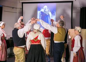 Zorns tavlor kompletterar dansen på scenen.
