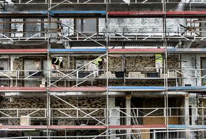 Menar regeringen allvar med sina satsningar på ett ökat bostadsbyggande måste den också ge rätt förutsättningar för investeringar, skriver debattförfattarna. Arkivbild: Lars Pehrson/TT