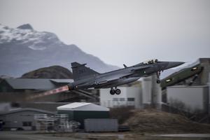 En JAS 39 Gripen lyfter från Bodö flygplats under övningen Trident Juncture 18.