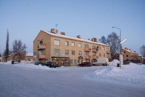 Här, i korsningen Östersundsvägen och Sockenvägen, fanns en gång i världen en bank. Fröken Olssons lilla fik tog över lokalerna för fyra år sedan – då hade banken redan varit nedlagd i sju år.