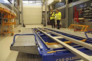 Åsa Eriksson och Joacim Einvall tittade bland annat på den här stora riktbänken som klarar bilar upp till drygt fyra ton, och i första hand är tänkt för USA-marknaden.