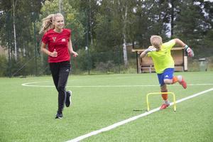 Max Löfström är inte målvakt i vanliga fall men under fotbollsskolan vill han prova positionen.