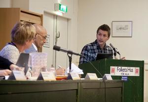 Marino Wallsten svarar på kritiken från Vänstern och från Harold Nilsson. Han säger att kvadratmeterytan inte är översättbar mellan kommunhusen och gamla brukskontoret eftersom de förstnämnda har kök, allmänna ytor och sällskapsrum på i princip varje våningsplan.