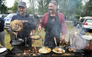 Med fem stekpannor i farten hade Lennart Persson och Niclas Andersson fullt upp hela dagen att servera kolbullar.
