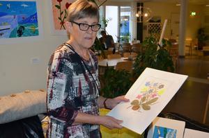 Kerstin Linck tar sig en närmare titt på en av tavlorna som var till salu.