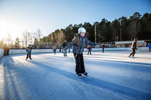 """Det märks att tioåriga Alice har åkt skridskor i tre år. Hon glider vant över isen. """"Det är skönt att åka skridskor. Man kan åka i vilken takt man vill och man känner sig fri"""" säger hon."""