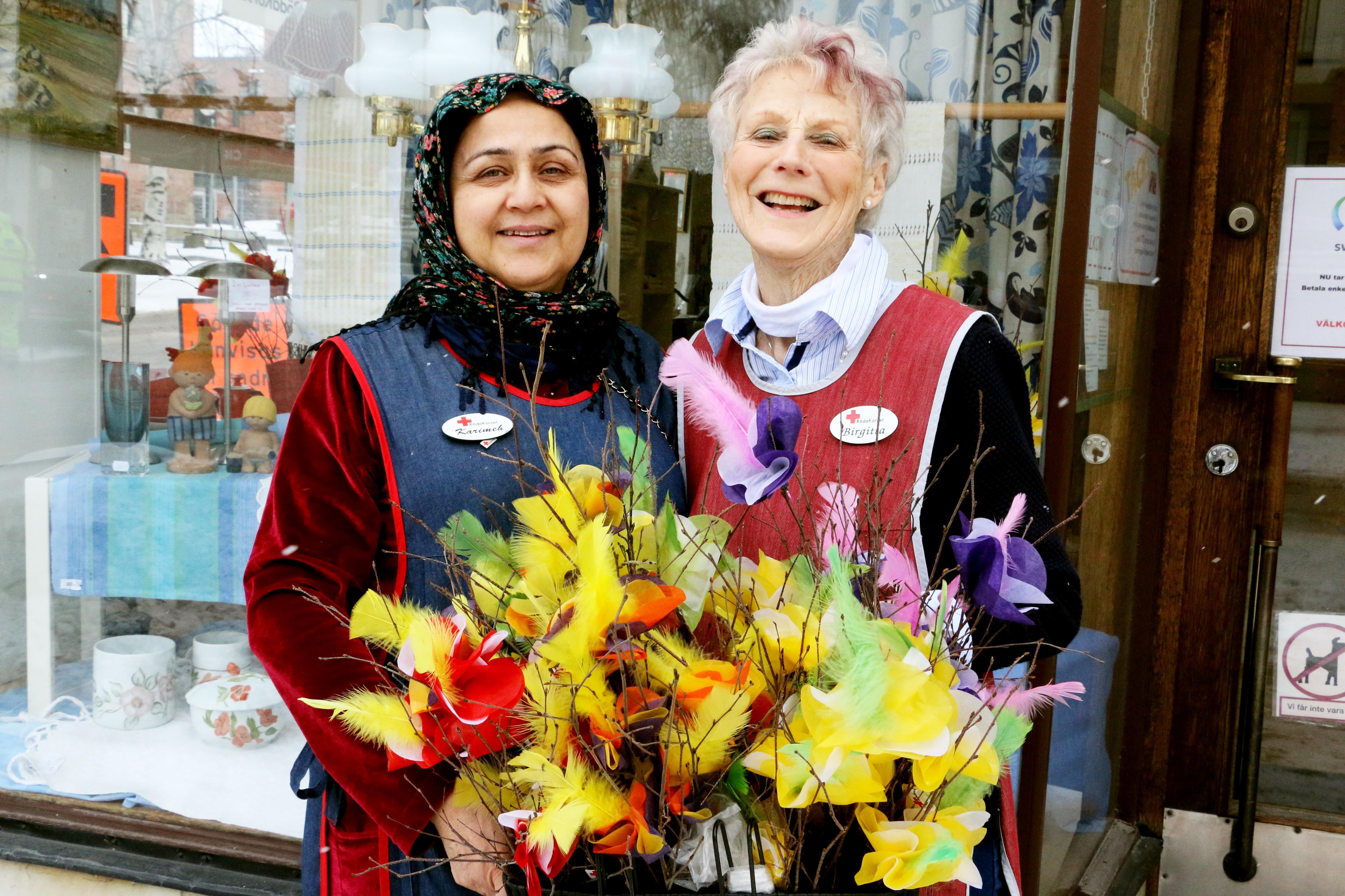 Mars månad var blåsig och kall och det fick Röda Korset att ställa in flera av sina turer över staden med de omtyckta fastlagsriset. Karimek Barati och Lillemor Nilsson var två av försäljarna, som berättade om att man ett år sålde ris för hela 40 000 kronor.