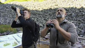 Daniel Norberg och Donat Hullman är på jakt efter fåglar i Dalarna. Pressbild.